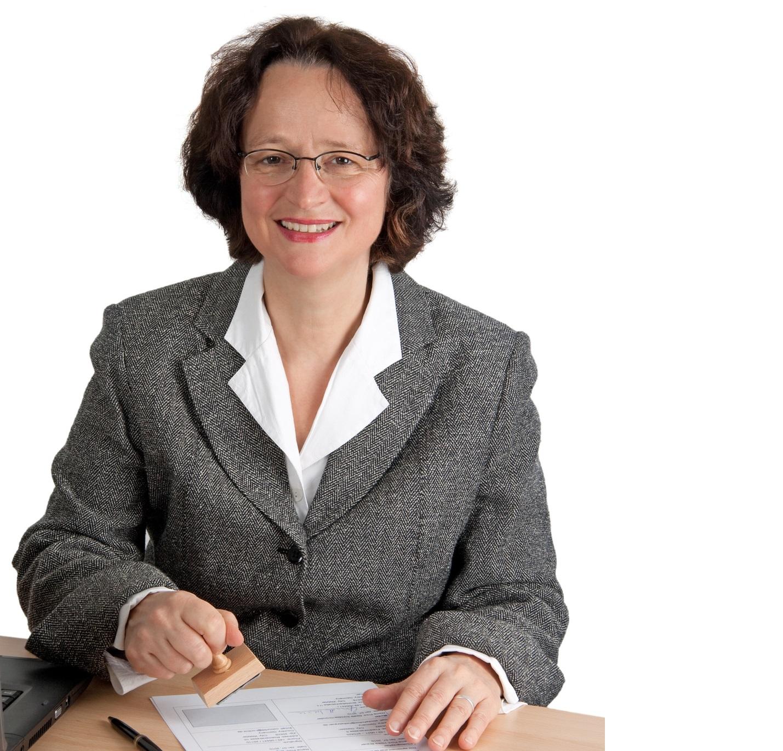 Mujer sella un documento oficial