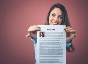 Mujer joven con traducción del currículo