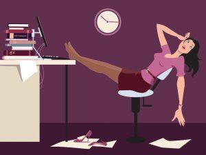Mujer cansada que está en un oficina por la noche. Aumentar la productividad para traductores para trabajar lo justo.