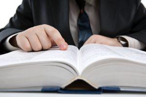 Hombre buscando en un diccionario