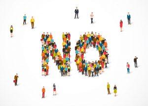 Grupo de personas formando un «no»