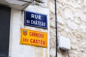 Cartel bilingüe en una calle de Saint-Remy-de-Provence (Francia).