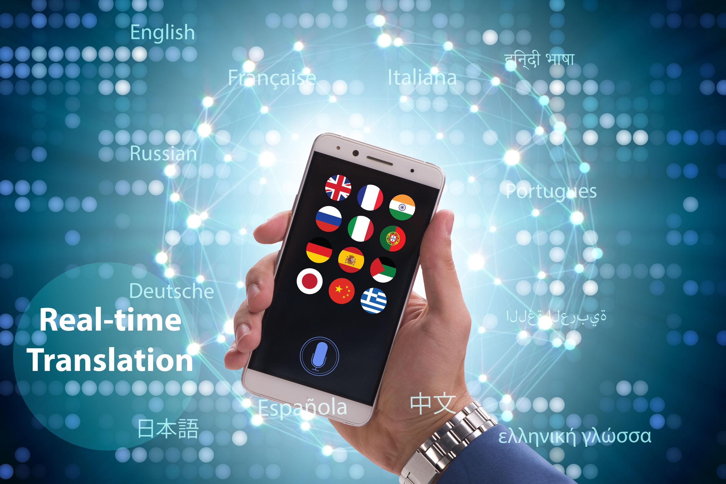 Se muestra un móvil con aplicaciones de traducción